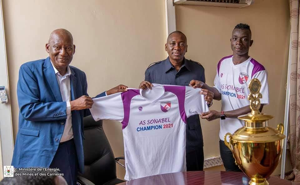 Fasofoot 2020-2021 : l'AS SONABEL présente son trophée au ministre Bachir Ouédraogo