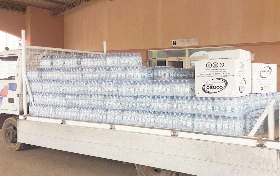 CHU Tengandogo : Amado Traoré offre plus de 6 400 bouteilles d'eau et 200 casaques